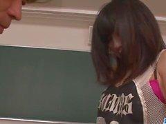 Kyoka Mizusawa fucke par son prof dans les manières de salope