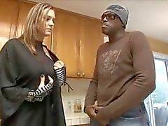Lexington Steele, ev hanımına boğayı buluyor.