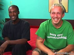 Un hombre blanco Funny e a negro colgada del perno prisionero tener sexo