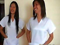İki seksi Filipinli hemşire şanslı erkek turist için özel bakım vermek
