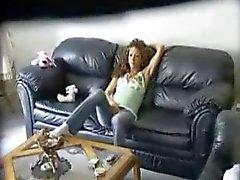 Photo caché a attrapé l'étudiante de poussin masturbe sur un canapé