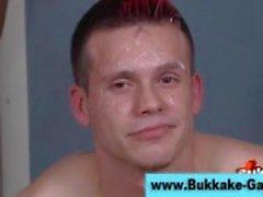 Verifica eccitata di bukkake omosessuali avere coperto
