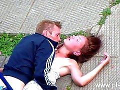 Coppie bevuta che hanno sesso in parco pubblico