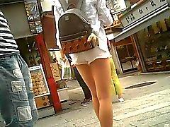 Rehellisiä valkoiset shortsit sekä kaunis jalka
