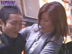 Borracha mujer de negocios sacando rápidamente Elevator Maniaco de