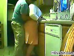 La grasa Mujer latina hacerse destrozar en una cocina