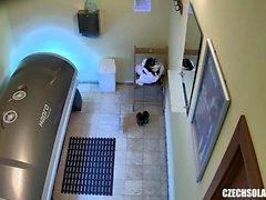 Блондинка подросток, занятый на скрытой камере в общественном солярии