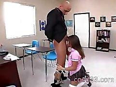 student in nylons verstoring in de klas