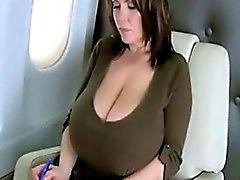 Onun Tits gösteriliyor