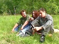Genç KızOrmanı'nda Two Guys tarafından tecavüz