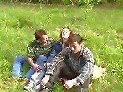 LA JEUNE FILLE été violée par deux types dans la forêt
