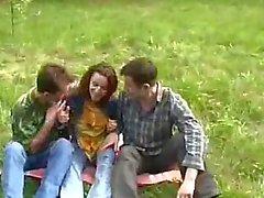 Giovane e ragazza violentata da due tipi Nella Foresta