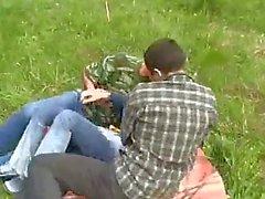 Chica joven Violado por dos chicos en el bosque