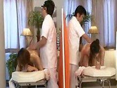 Zwei sexy asiatische Mädchen genießen eine heiße Massage und füttern ihre lus
