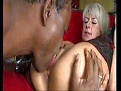 Cathy E Le hongrois milf baise un homme adulte africain