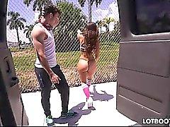 Juicy fesses latina Kelsi Monroe prend la bite d'étranger