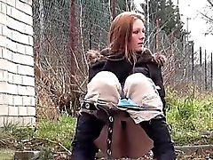 Adolescente morena ousar ir mijar na neve
