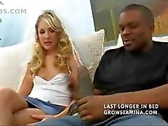 Гидромассажная блондинка cuckolding ее парень , взрывая большие черные петуха