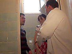 Blowjobs d'écolière chaude dans les toilettes anale profond le en classe l'A75