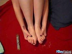 Spregiudicatezza teen interpreta con i piedi