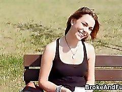 Сломался студент выдувает в парке на наличные деньги