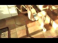 emily 18 (en las escaleras jugando como una bebe)