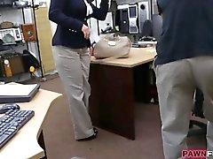 Business signora Babbeo bang con pegno bellimbusto in un biglietto d'aereo