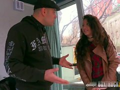 Hot Jade Presley versucht einen Finger Vibrator in der Öffentlichkeit