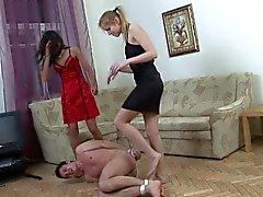 2 femdoms de Russie baise un gars liés