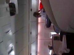 Daring & Horny Girl masturba-se de verdade em um avião! Umyq
