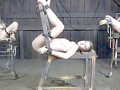 Secundaria el BDSM restringida caned por el maestro negro
