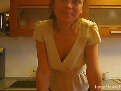 Teasing séance dans la cuisine avec un hottie