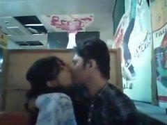 Petit ami et petite amie bangladaise dans le restaurant (1)