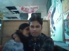 fidanzato del Bangladesh e la fidanzata al ristorante (1)