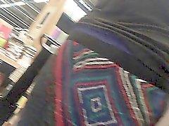 Nascoste telecamera upskirt degli una donna a piedi nei libri