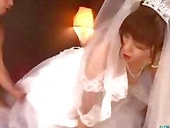 Asiatisk flicka Med bröllopsklänning knullade av 2 Killar ansiktsbehandlingar på sängen på Den Roo