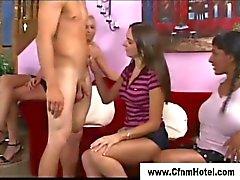 CFNM femmine femdom prendere un Dudes cazzo nel mano
