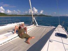 Jemstone est sur un yacht Riding un Big Dick avant elle obtient un visage