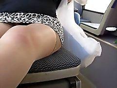 Tyttö vilkkuu tan sukat ja kallon pikkuhousut linja