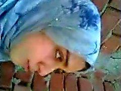 menina árabe beijar namorado