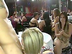 Dansare som får Avsugning hos klubban