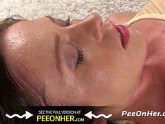 Buceta Cascata dourada - Jessica Rox faz xixi mais de seu próprio rosto nesta cena foda mijo