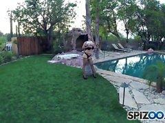 Spizoo - Katrina Jade assume duas grandes galos