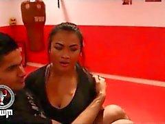 Thailändsk tjej hissen samt utföra