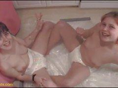 Bebek bezi Sluts genç Lezbi birbirinize çiş