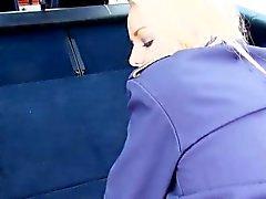 stewardess rampa Bionda scopata in un auto