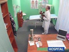 Makeat Tohtori annetaan Ystävänpäivä kukat kuuma potilaaseen