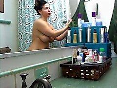 étudiante Bien roulée délicieuses au la salle de bains