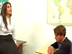 Milf opettaja auttaa ulos poika