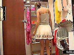 Ihastuttava teini seksikäs pukeutua ja valkoinen pikkuhousut antanut upskirt
